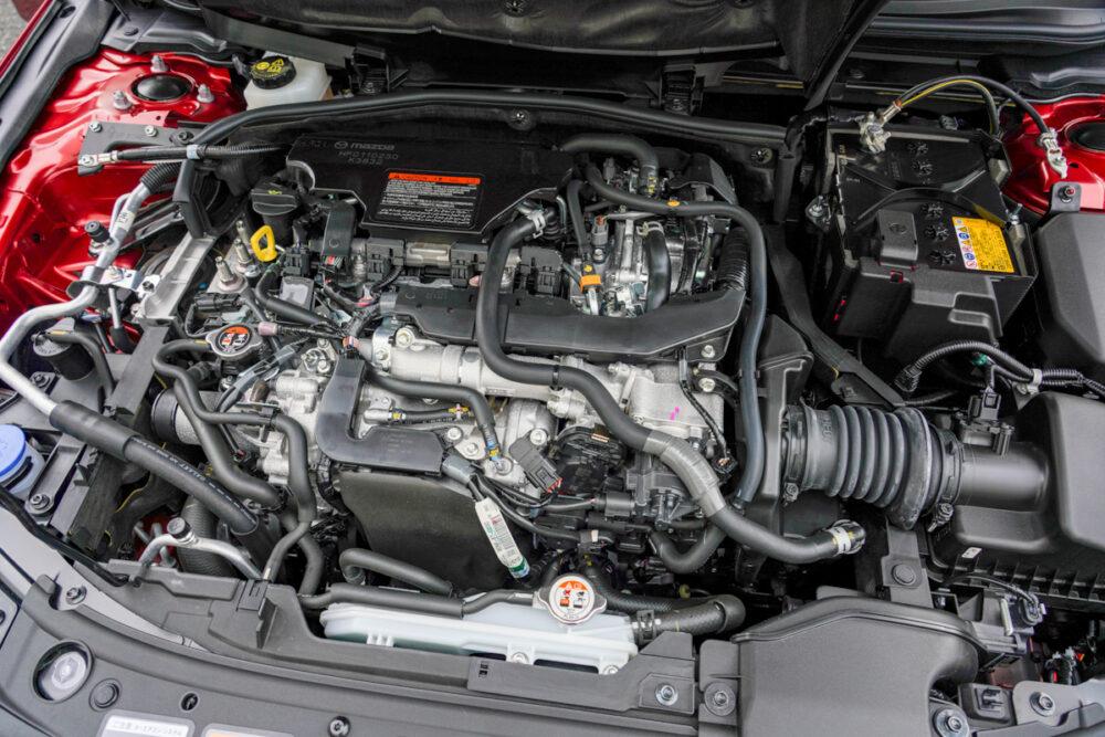 マツダ3 ファストバック X MT/AWD エンジンフードを開けて撮影
