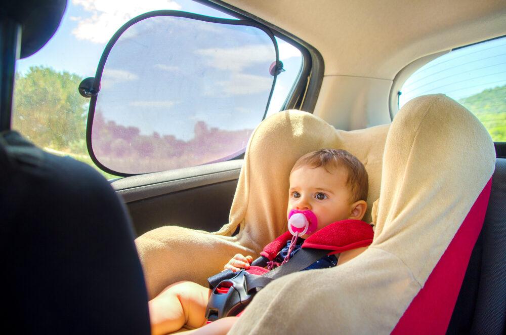 車の中の赤ちゃんとサンシェード