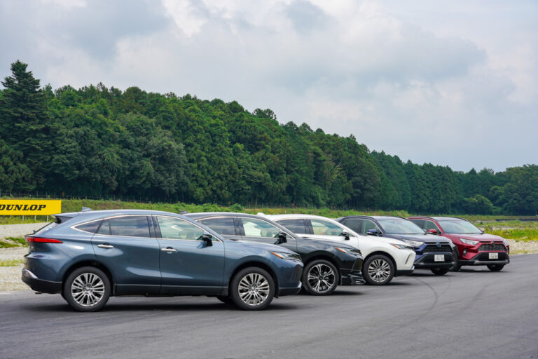 """トヨタ新型ハリアー VS RAV4 """"一卵性双生児""""サーキット比較試乗レポート デザイン・価格比較も"""