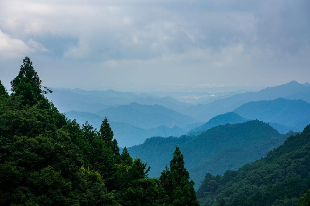 正丸峠の展望スポットから望む山並み