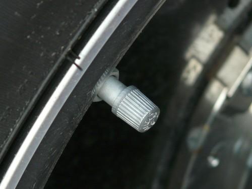 バルブキャップがはめられているタイヤのバルブ