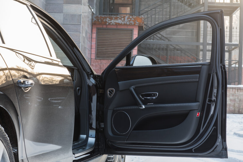 車の黒革の車のインテリア