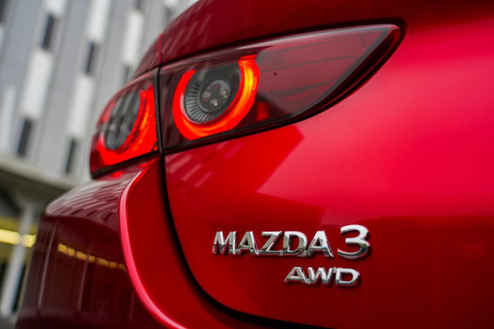 マツダ3 セダン XD  車名とAWDのバッジ