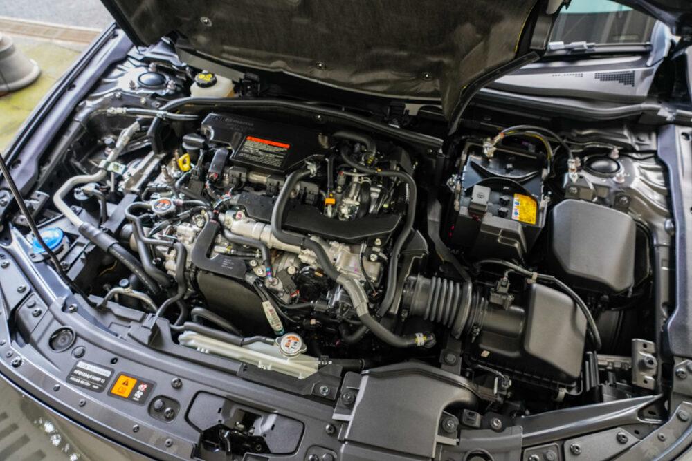 マツダ3 セダン X Lパッケージ エンジンカバーを開けて撮影