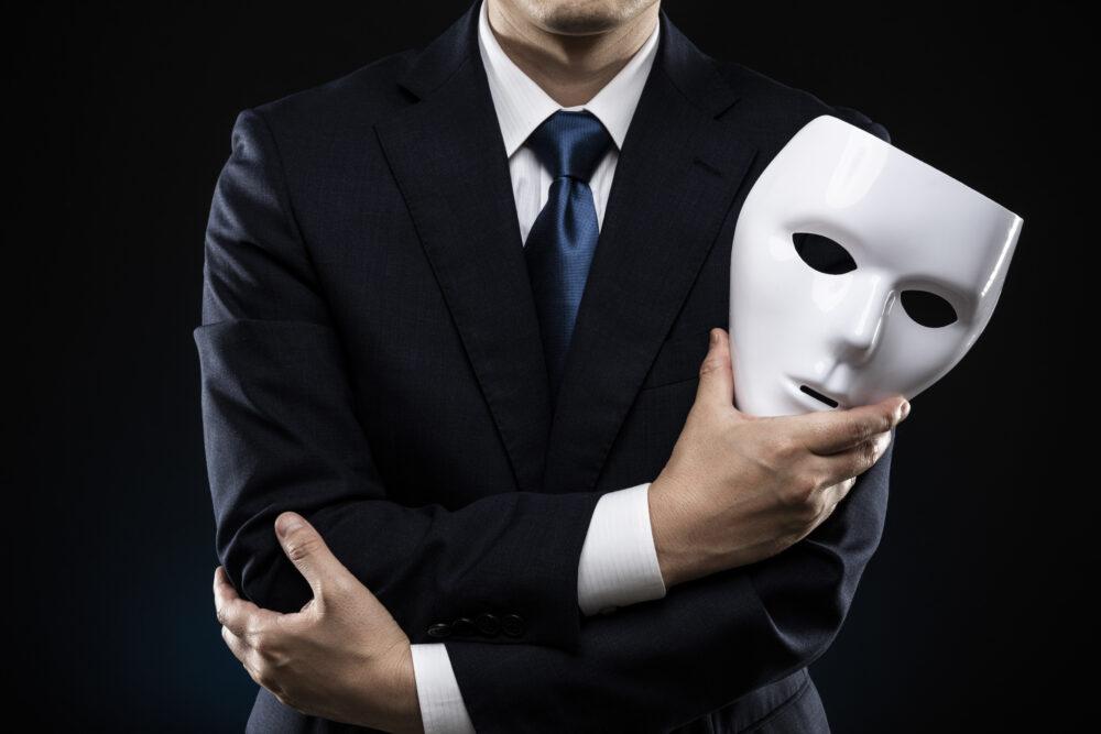 仮面を脱いだ男性