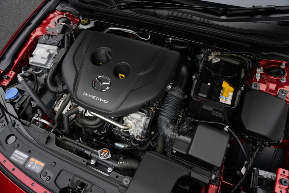 マツダ3 スカイアクティブ D 1.8 エンジンルーム