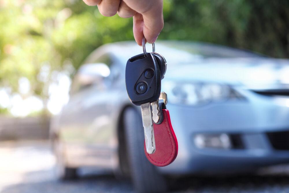 手に持った車のキー