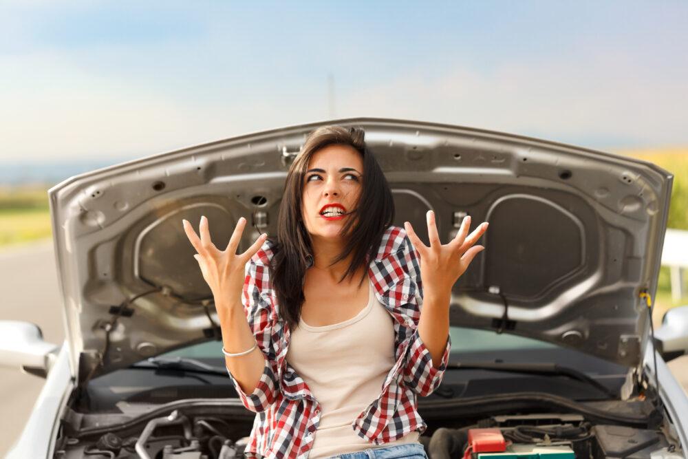 壊れた車と女性
