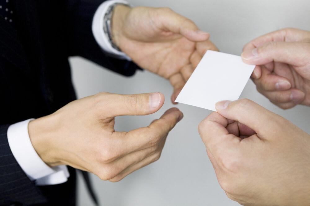 名刺を交換する男性二人の手
