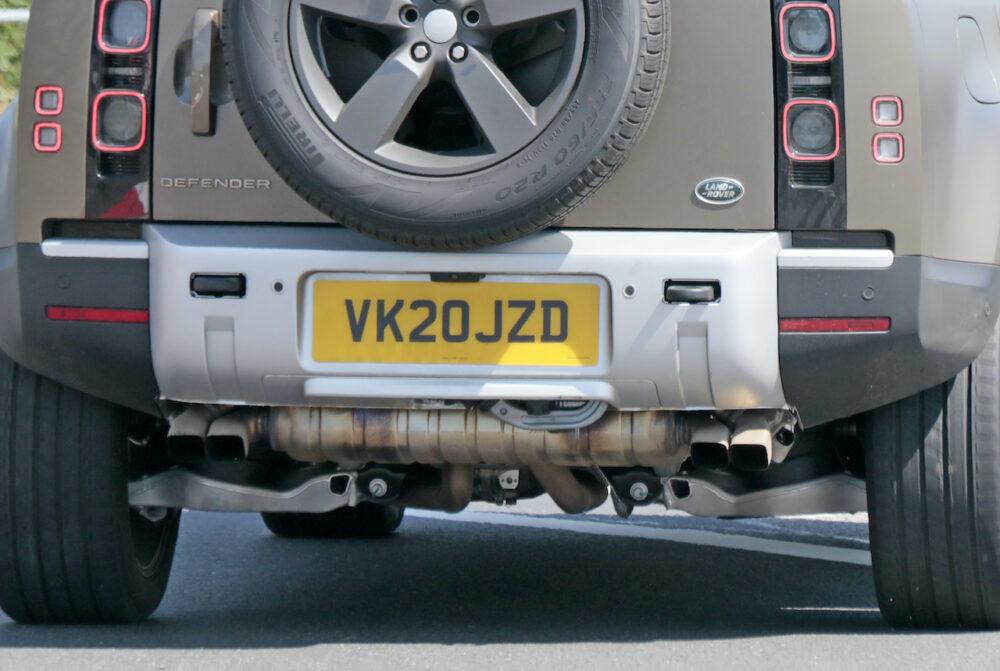 新型ランドローバー ディフェンダー V8 プロトタイプ スパイショット リアバンパー部拡大