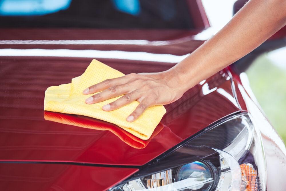 車をクロスで拭く