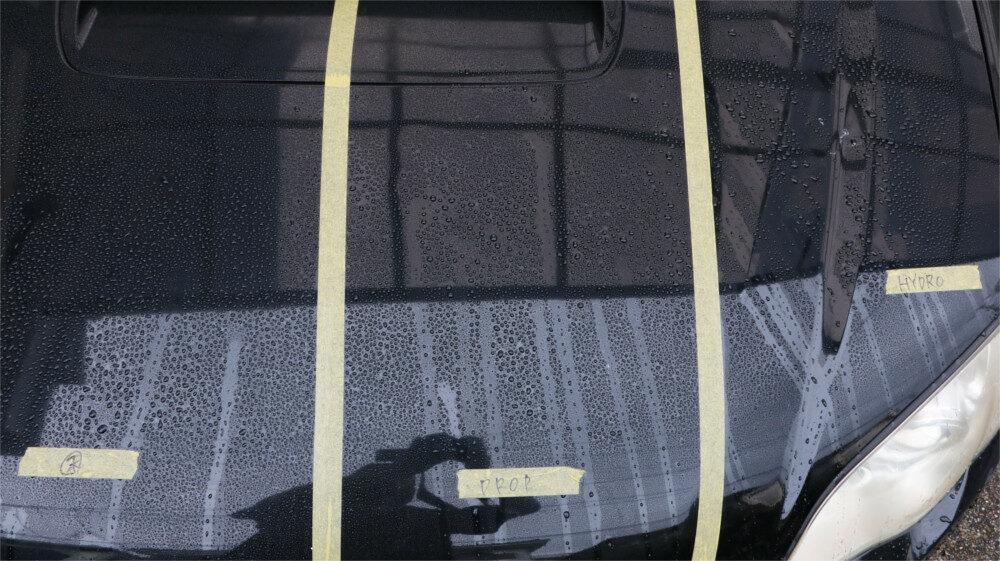 水滴がついた車体ボディのボンネット