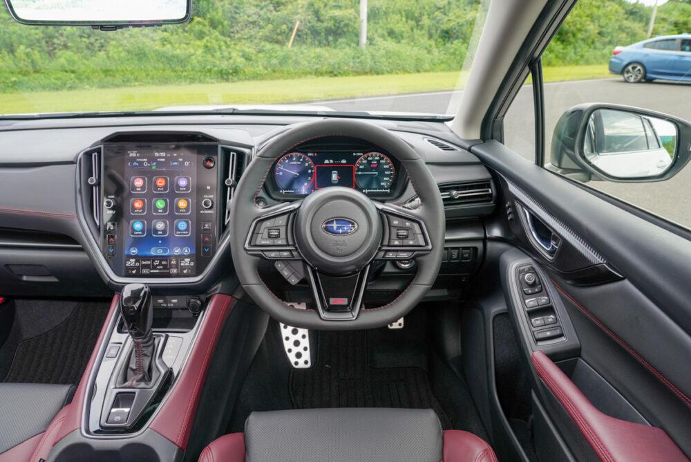 新型レヴォーグ「STI」グレードの運転席