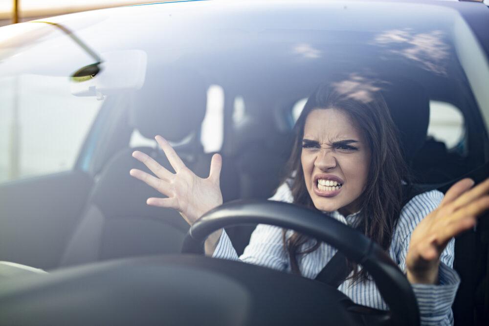 渋滞に困っている女性
