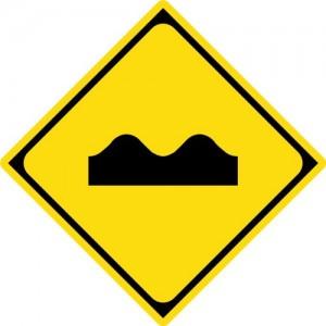 警戒標識「路面の凹凸あり」