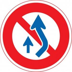 規制標識「追越しのための右側部分はみ出し通行禁止」