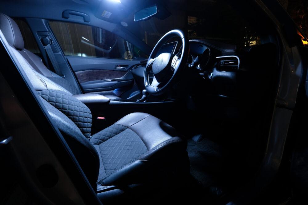 ランプのついた車内