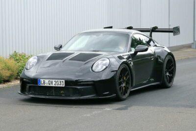 ポルシェの頂点「911 GT3 RS」次期新型を初スクープ!過激なスワンネックウィングを装備