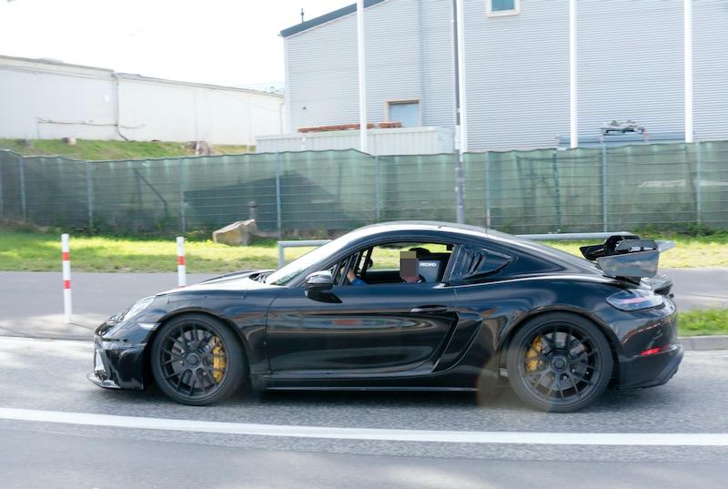 新型ポルシェ ケイマン GT4 RS プロトタイプ ボディサイド
