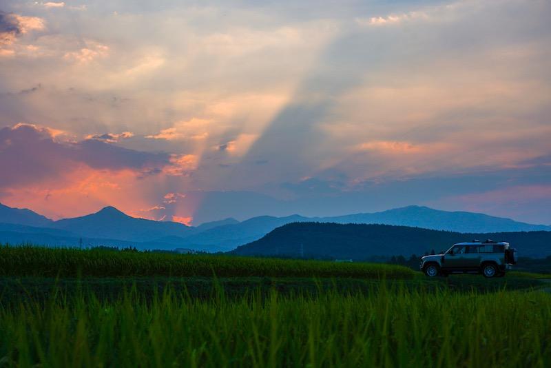 新型ディフェンダー 夕暮れ時の田んぼの中で撮影