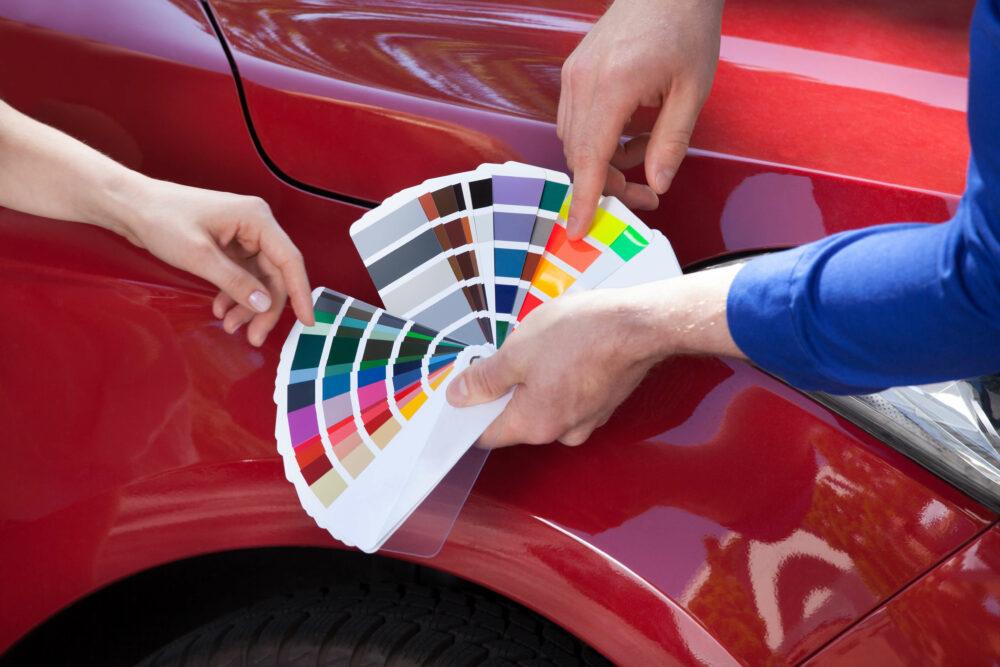 車とカラーサンプルの画像