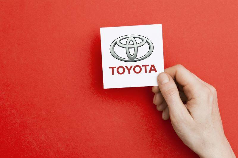 手に持ったトヨタのロゴカード