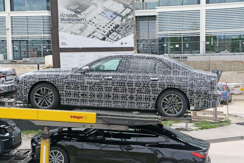 新型 BMW i7 プロトタイプ スパイショット ボディサイド