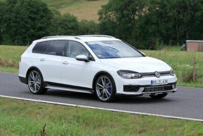 新型VWゴルフ ヴァリアント「R」プロトタイプの走行を動画に収めた!【最新スクープ】