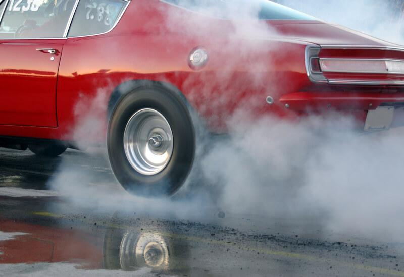 タイヤから白煙を上げて加速するマッスルカー