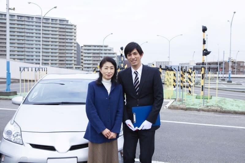 自動車教習所の教官と生徒