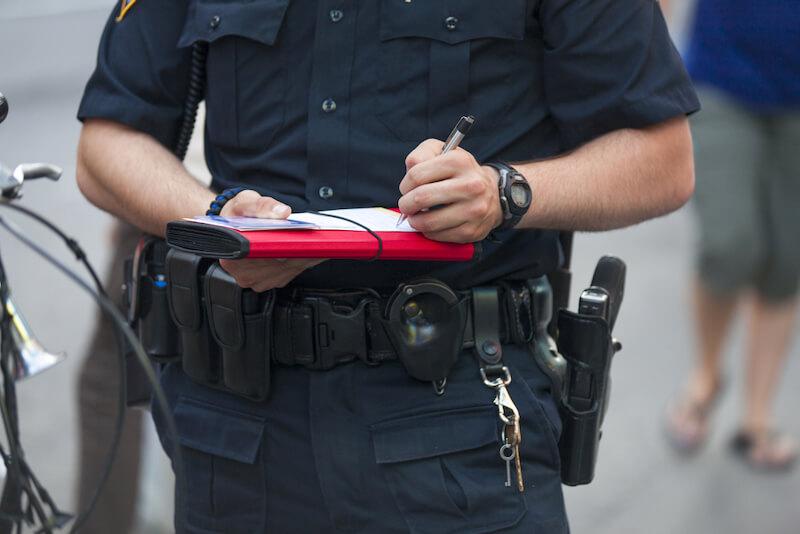 違反を取り締まる警察官