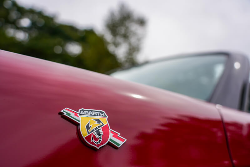 アバルト 124スパイダー フェンダーのブランドロゴ