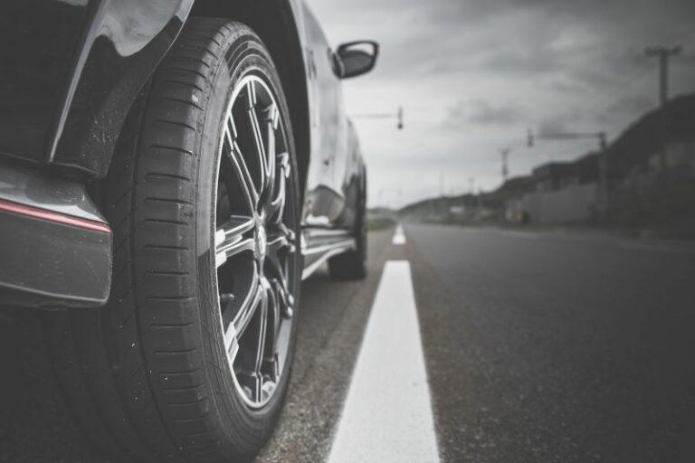 車のホイールがツライチとは?面一のやり方や車検での注意点まで