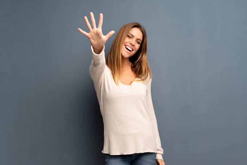 五本指を突き出す女性