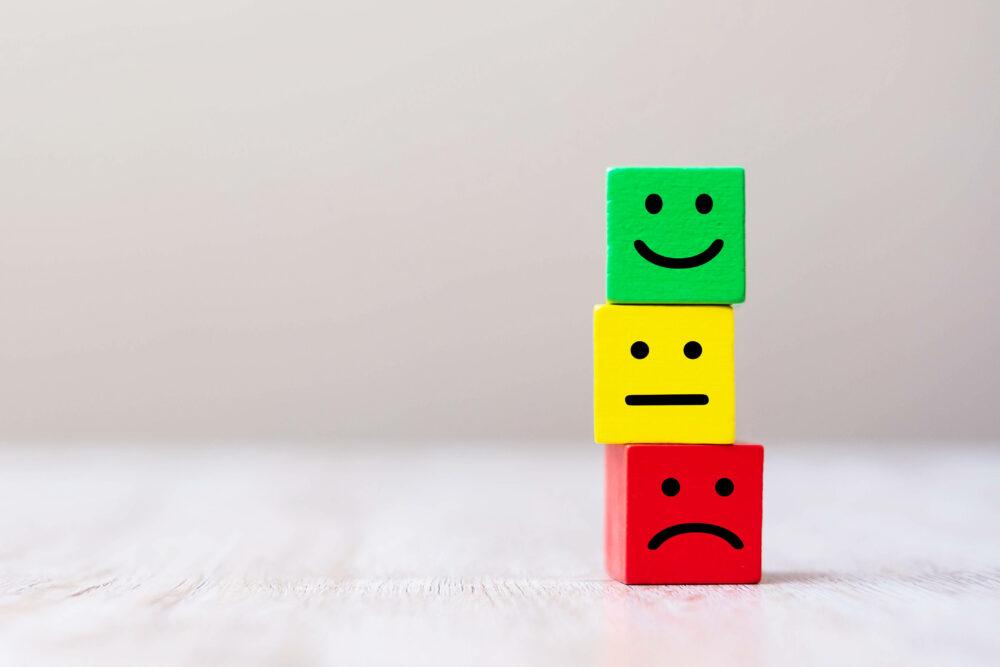 3種類の表情をした木製ブロック