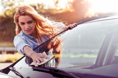 【簡単】車の窓ガラスの拭き方のコツ4選|内窓も外窓も専用グッズがあれば便利!