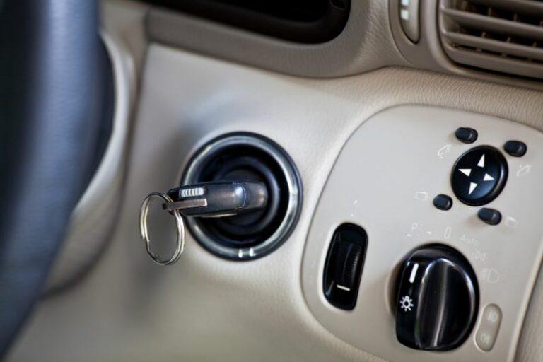 車の鍵が抜けない時の原因と対処法について!業者を呼ぶ必要はない?