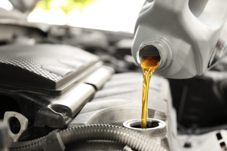 エンジンオイルの廃棄方法とは?廃油の正しい捨て方を解説
