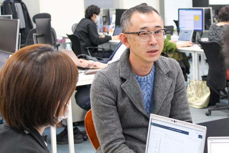 スタッフとミーティングを行う立崎氏。