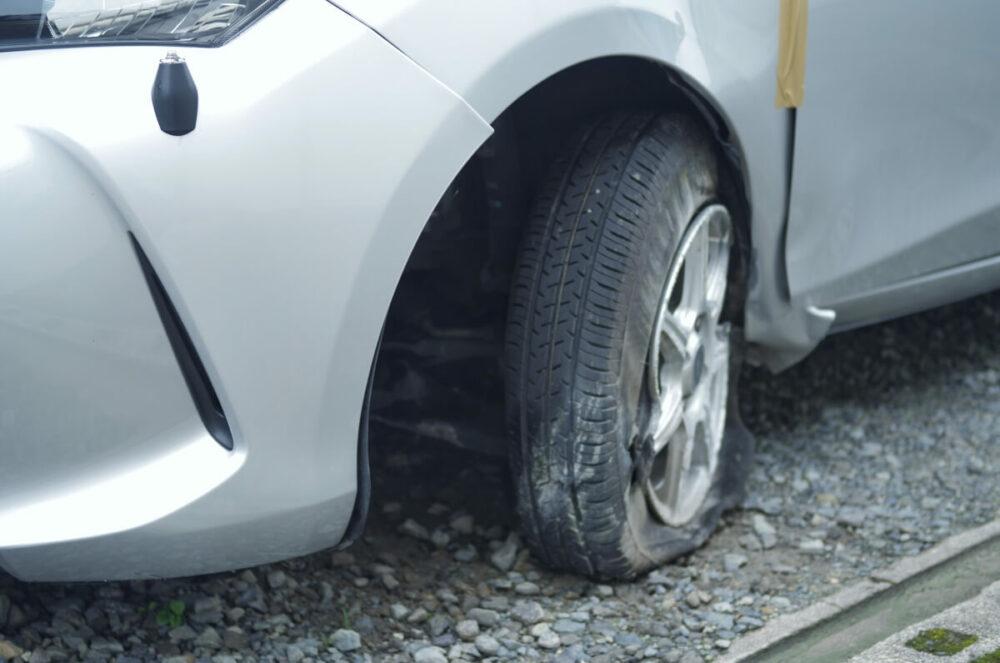 タイヤがバーストしてしまった車