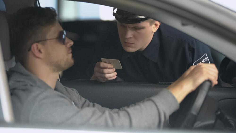 警察に取調べを受ける男性のイメージ
