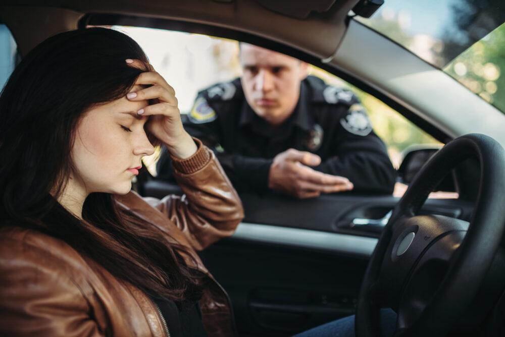 警官が女性ドライバーをチェックする様子