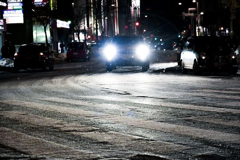 凍結路面を走る車