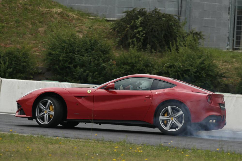フェラーリ F12ベルリネッタ サイド