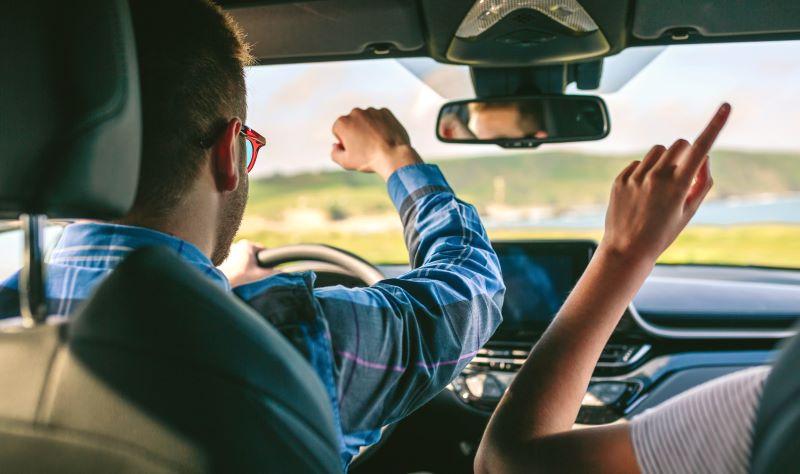 運転しながら踊るカップル