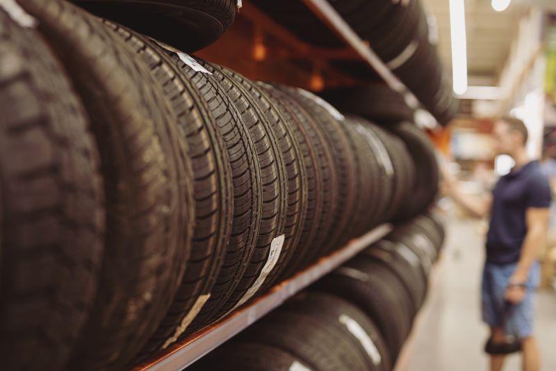 タイヤを選ぶ人