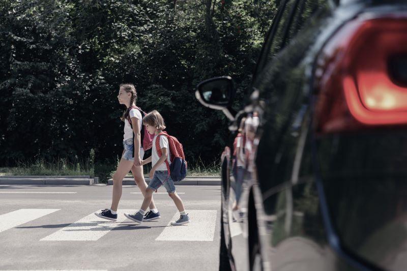 横断歩道を通っている子供