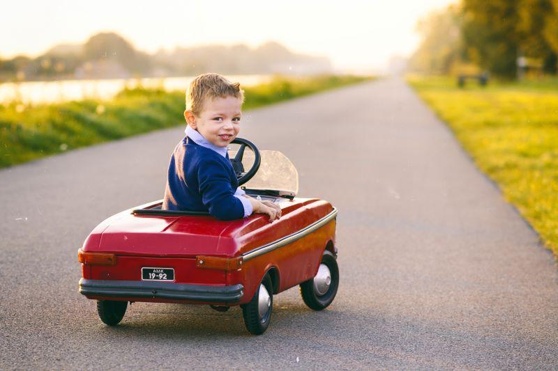 ミニカーに乗る子供
