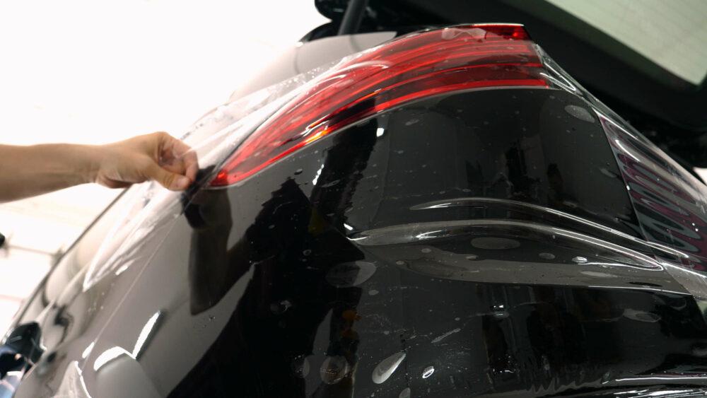 塗料保護フィルムを貼るカーボディー