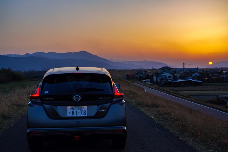 日産リーフ NISMO リアと沈む夕陽